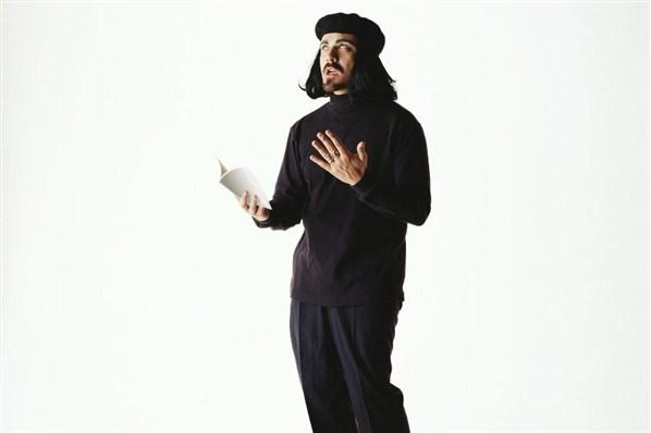 Foto graciosa, disfraz original de beatnik, filósofoy  poeta