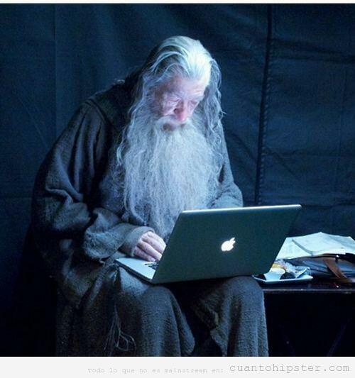 Gandalf hipster con ordenador MacBook