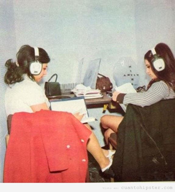 Foto antigua chicas iraníes años 60 y 70 con auriculares grandes
