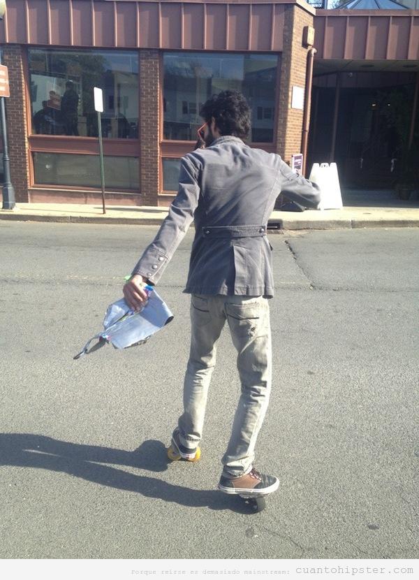 Foto de un chico hipster con ruedas en las zapatillas