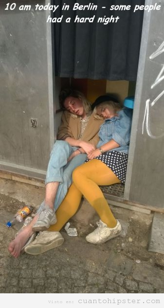 Foto chicas hipsers en  Berlín durmiendo en un Fotomatón