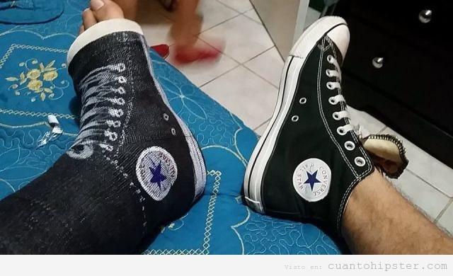 Chico con pie y pierna escayolada y unas converse pintadas