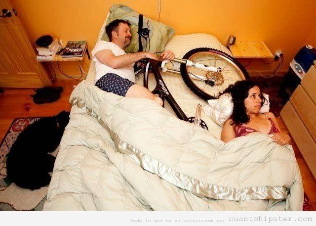 Foto graciosa hipster enamorado y durmiendo con la bici