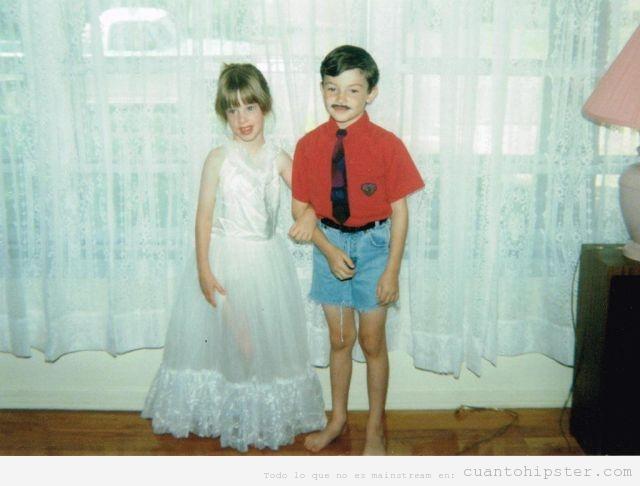 Foto antigua de dos niños look moderno