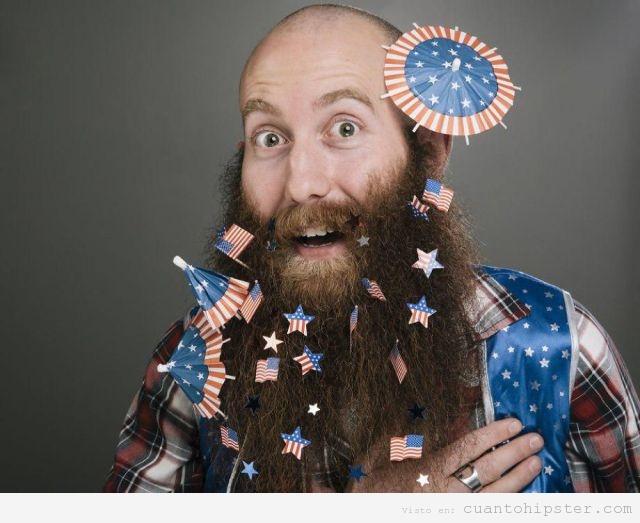 Hipster con barba larga y sombrillas cóctel de EEUU