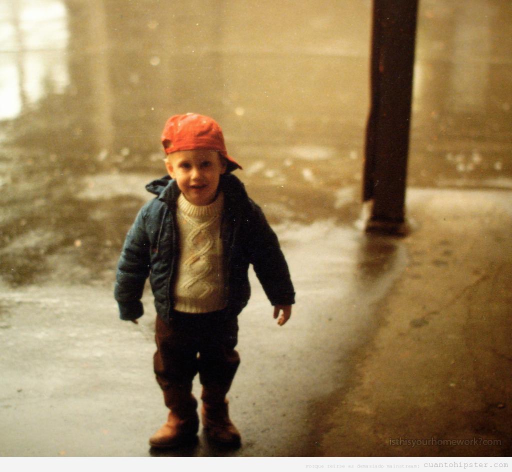 Niño pequeño con look hipster