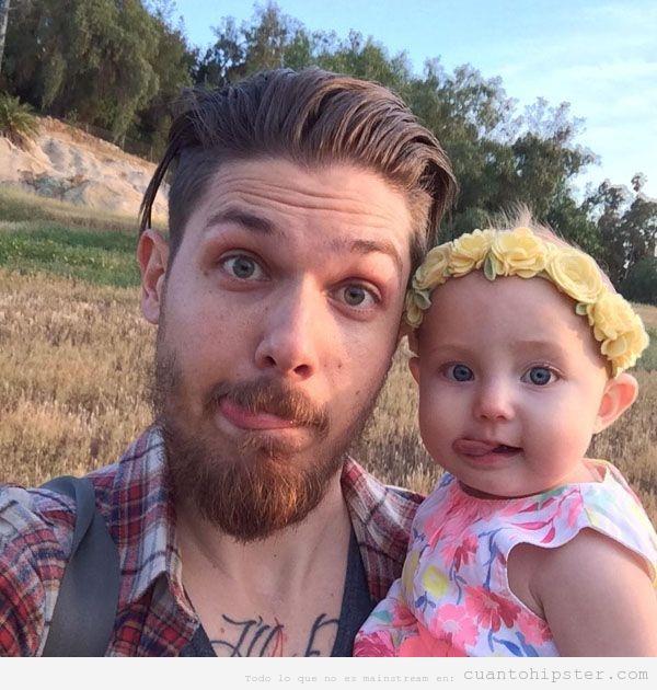 Chico hipster con una bebé