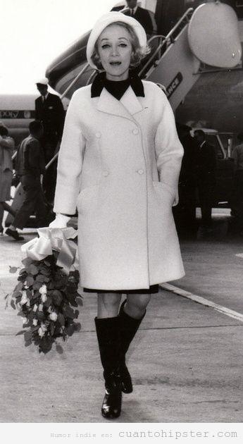 Mujer vestida look años 60 bajando del avión