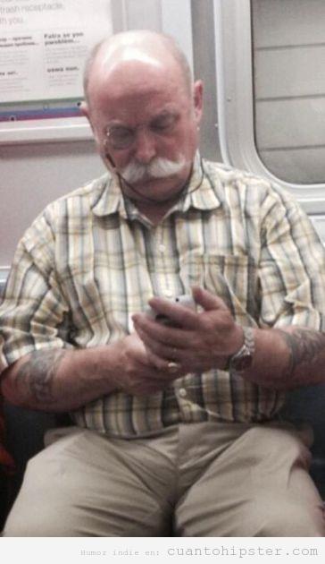 Señor mayor con tatuajes y un monóculo para el smartphone