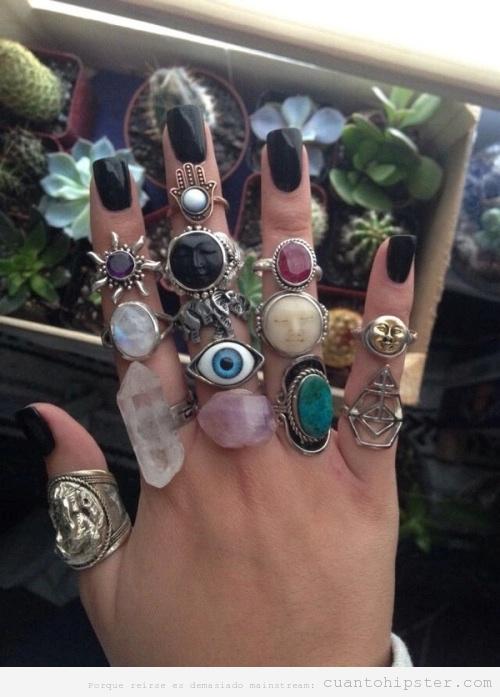 Mano llena de anillos hipsters