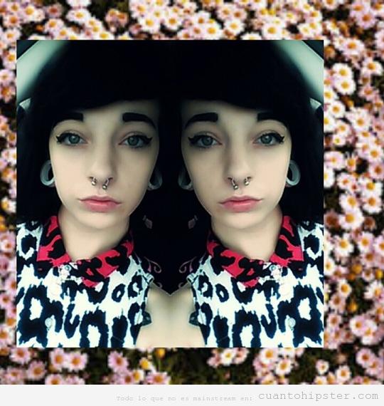 Chica look grunge con cejas muy maquilladas