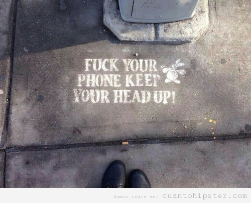 Mensaje escrito suelo calles de una ciudad