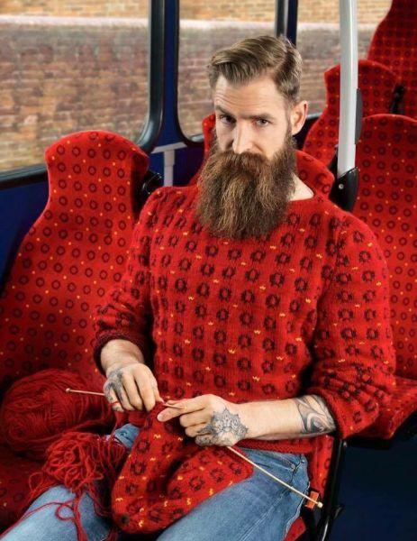 Hipster teje un jersey a juego con el asiento del autobús