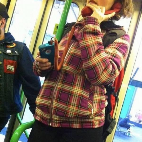 Chica auricular teléfono antiguo en el metro