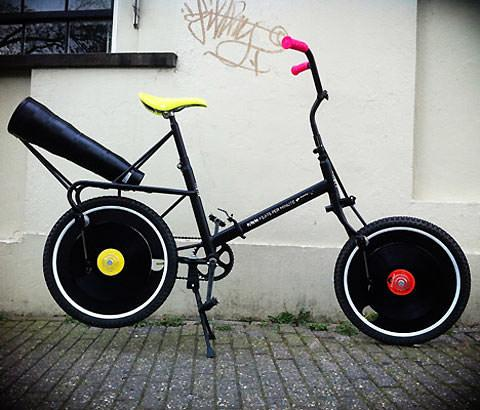 Bici personalizada con vinilos en las ruedas
