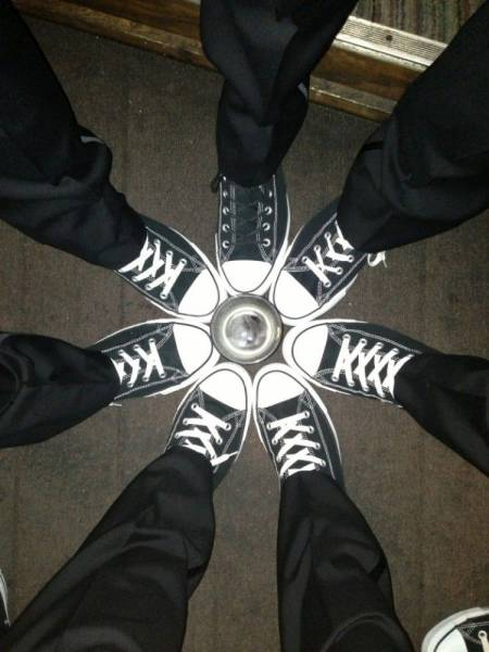 Grupo amigos zapatillas Converse en círculo