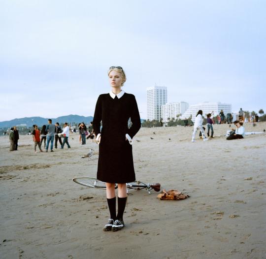 Foto de una chica con look grunge en la playa, Aaron Sinclair