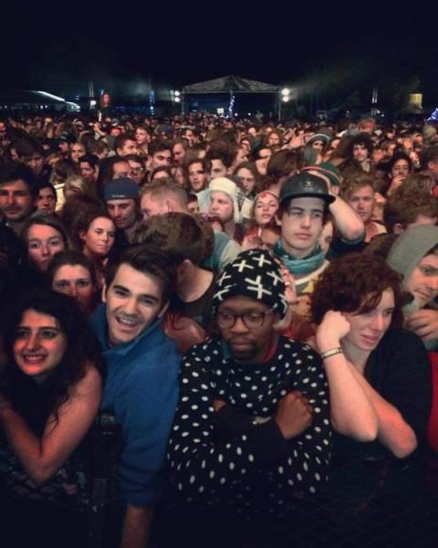 Foto graciosa de un hipster aburrido en un concierto
