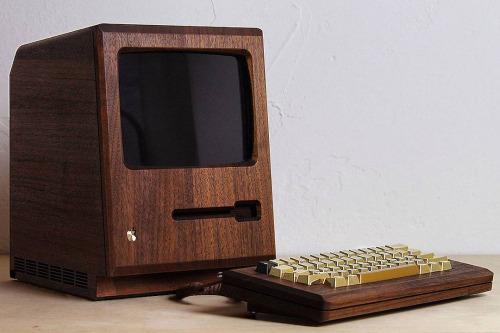 Ordenador antiguo con carcasa de madera para hipsters