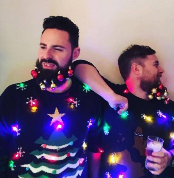 Dos chicos hipsters con jerséis feos en Navidad