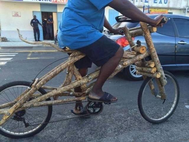 Bicicleta hecha con troncos