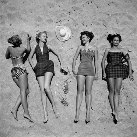 Foto antigua chicas pin up tomando el sol en la playa
