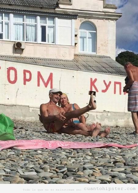 Fotos de una pareja haciéndose un selfie con el pie
