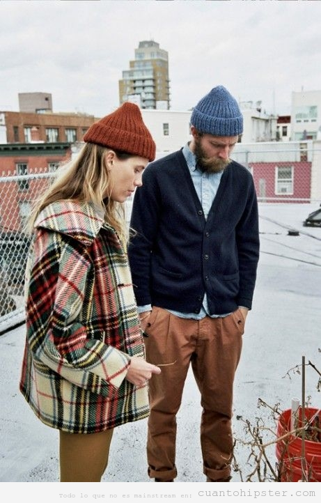Foto chico y chica hipsters tristes