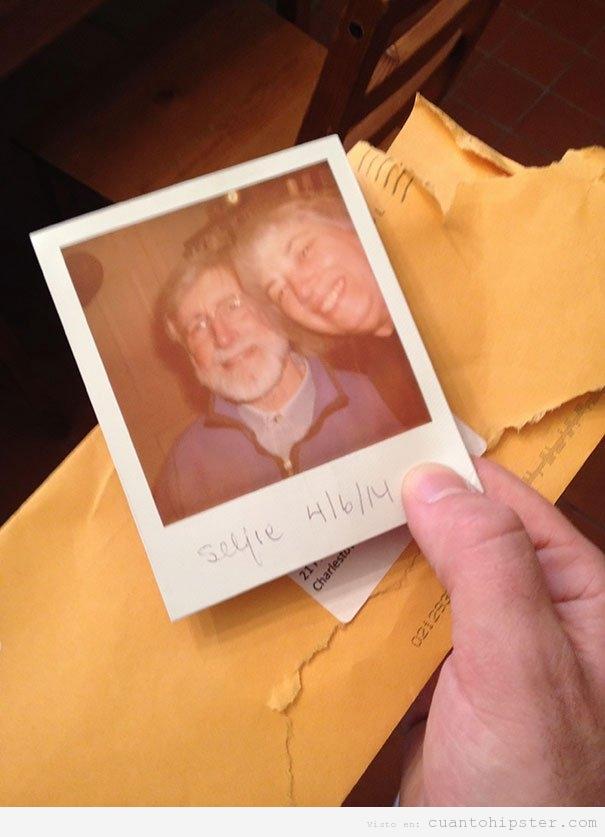 Foto graciosa padres selfie Polaroid de verdad