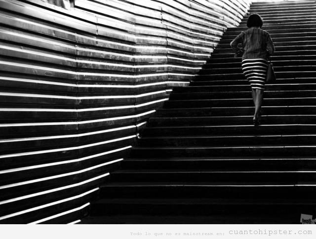 Foto Op Art escalera y chica con vestido rayas