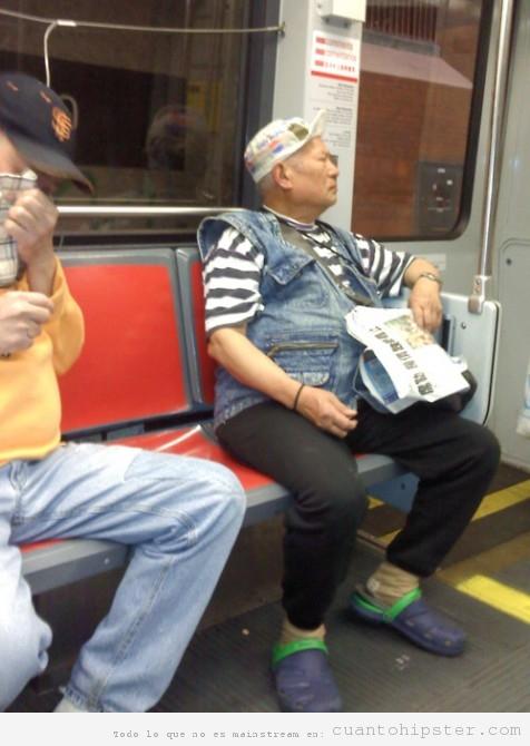 Chino vestido con ropa hipster por accidente en el metro
