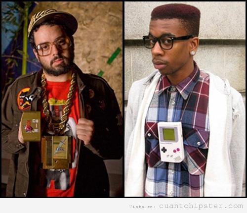 Dos chicos hipster negros con una game boy y cartuchos de videojuegos como collar