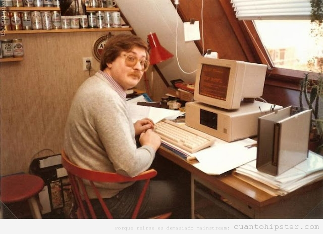 home office hipster con ordenador antiguo