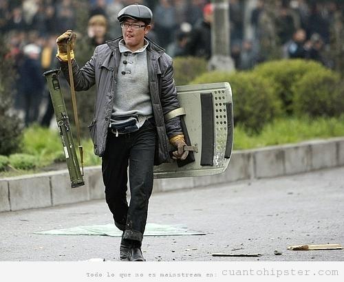 Manifestante armado y con ropa hipster en  Kirguistán