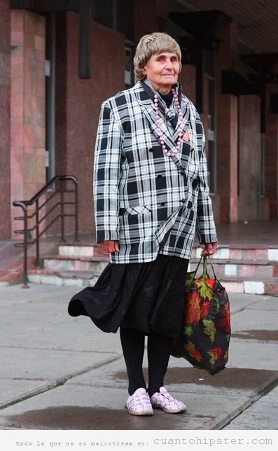 Señora mayor rusa con ropa vintage hipster