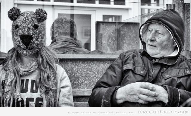 Foto en blanco y  negro de una chica hipster con cabeza de animal de peluche