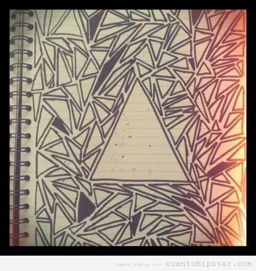 Cuaderno lleno de triángulos de un hipster estudiando