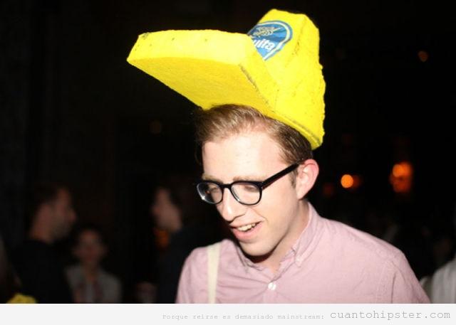 Hipster con un gorro de camionero en forma de banana