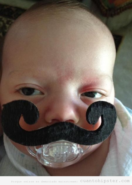 Bebé con un chupete con un bigote hipster