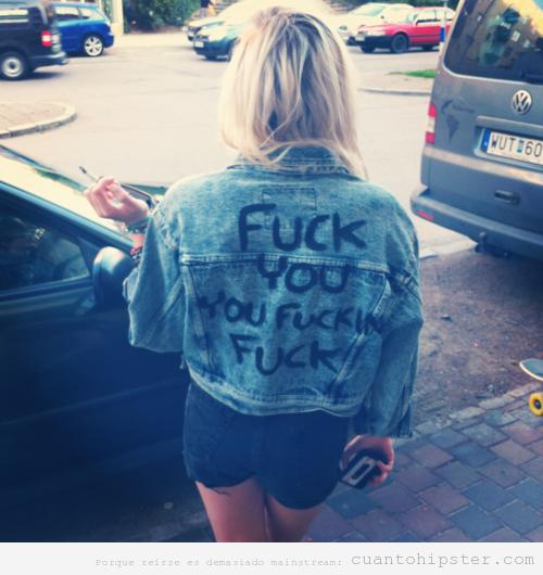 Chica con look hipster y una cazadora tejana que dice fuck you you fucking fucker