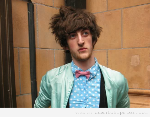 Chico hipster con look retro, pajarita, chaqueta azul celeste