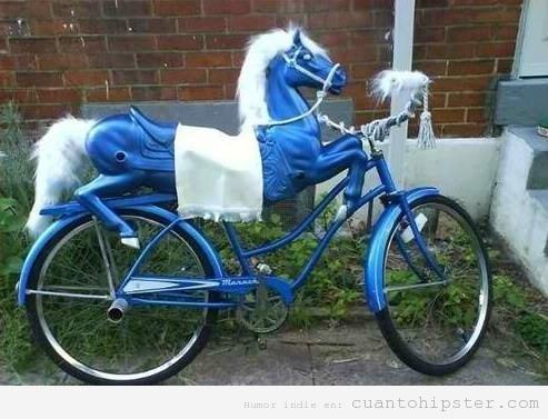 Bici hipster tuneada con un caballito de color azul