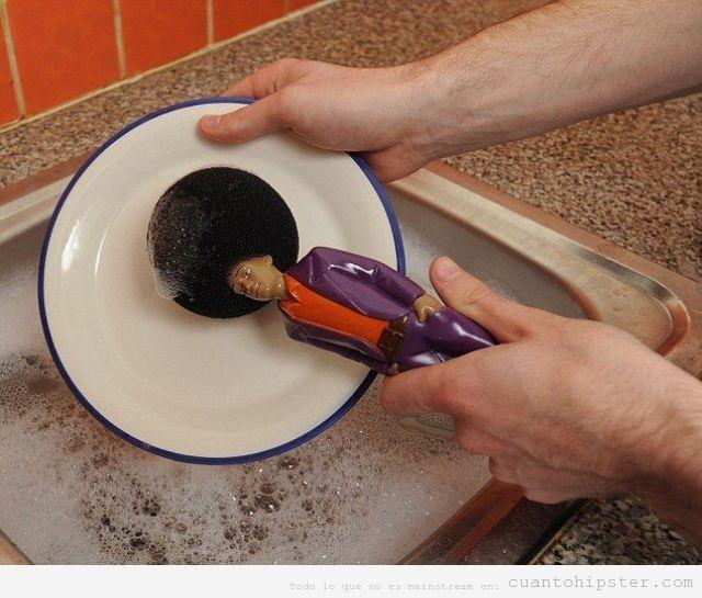 Esponja para fregar los platos con la cabeza de un pelo afro funky