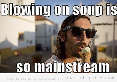 Chico hipster soplando el helado para que se enfrie