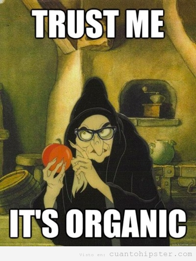Meme hipster, la madrastra de blancanieves disfrazada de bruja ofrece una manzana orgánica