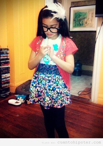Niña con look hipster y gafas de pasta