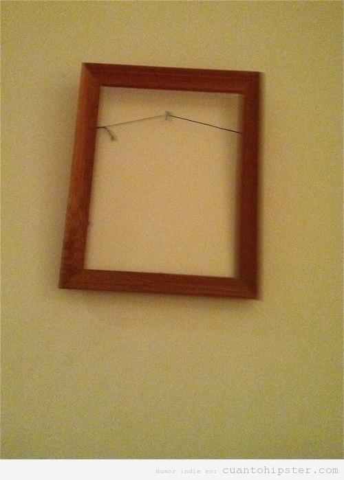 Marco colgado de una pared, arte hipster posmoderno