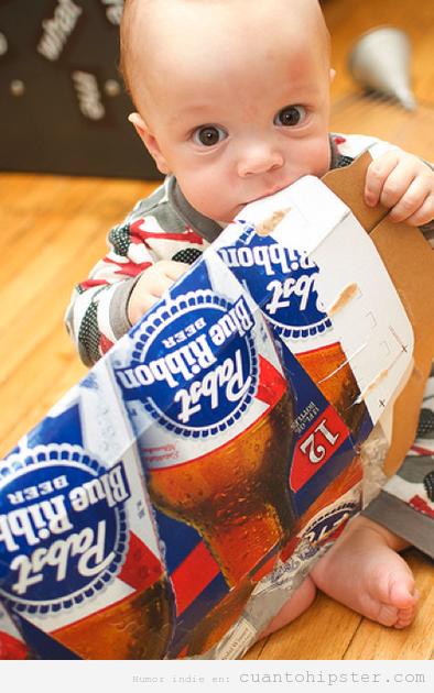Niño con pack de cervezas PBR, segunda generación de hipsters