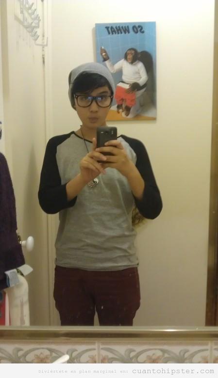 Autofoto en el wc de un chico hipster con un poster de un mono haciendo caca detrás