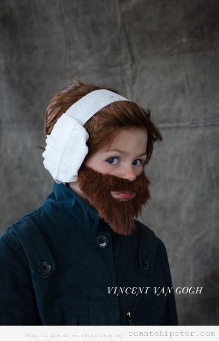 Niño con disfraz gracioso de Vang Gogh con oreja recién cortada en Halloween